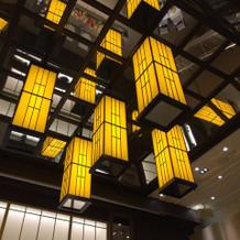 披露宴会場の照明 和モダンです