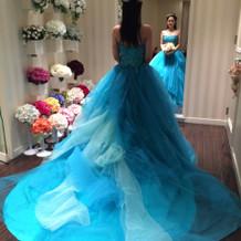 鮮やかなブルーのドレス。