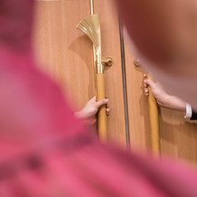 色直し入場前、ドア開きを待つ