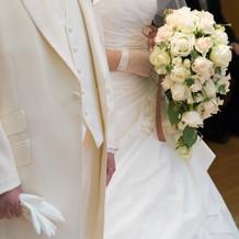 式中・新郎新婦衣装、白ブーケ。