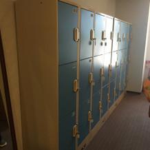 待合室隣のロッカールーム。有料