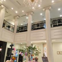 ロビーは天井が高く広々している。