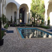 プールを囲むように各部屋があります