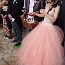 カラードレス時のヘアには生花をつけました