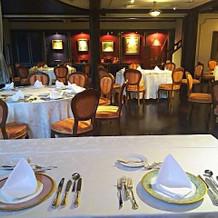 5テーブルの二人から見た参列者テーブル