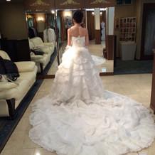 裾を短くすることもできる白ドレス