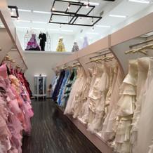 白のドレスとピンクのドレス