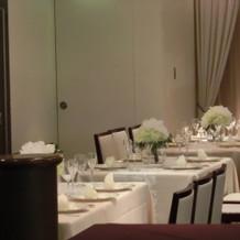 披露宴会場は角テーブル