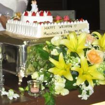 新郎新婦の人形がのったケーキ