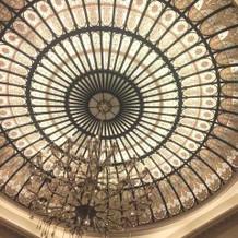 披露宴会場の天井のステンドグラス