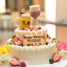 ビーツとワインのデザインをしたケーキ