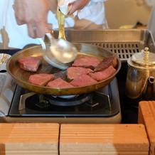 会場でお肉を調理するフランベサービス