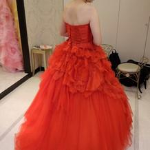 こんなに鮮やかなドレスも!