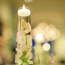 各テーブルには水中花を。涼しげです。