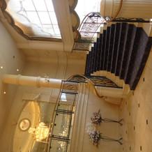 大階段を降りての再入場が人気!