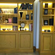 廊下部分にずっと続く本棚。