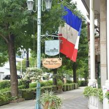 目印でもあるフランスの国旗