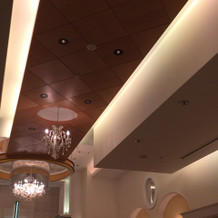 チャペルの天井は間接照明で良い感じ