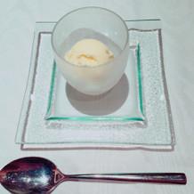デザートのバニラアイス