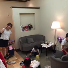 待ち合い室。ソファーとか鏡がある。