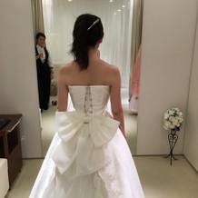 ウェディングドレスも後ろにリボン付き