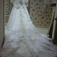 チャペルに合うロングトレーンのドレス