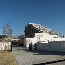 隣接するホテルの外観