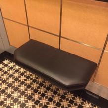 エレベーターに腰掛けが‥。優しい!