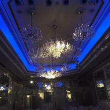 披露宴会場天井の照明は変えられます。