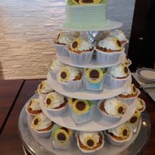 向日葵のカップケーキ一人一人に配る