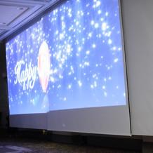 披露宴入場時の光と映像の演出