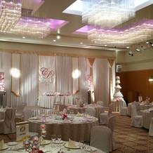ピンクの照明、テーブルクロス