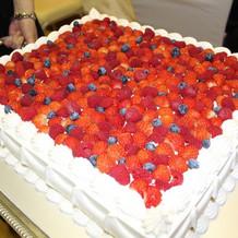 ベリーたっぷりのウェディングケーキ