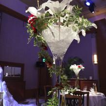 広い会場なので、高さのある装花が映える