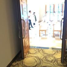 ステンドグラスのチャペル入口の扉