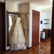 ヴィラでは衣装がつるされてます。