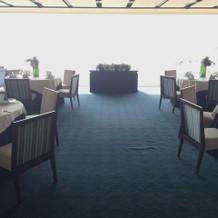 披露宴会場も海の背景が素敵でした