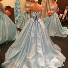 青のカラードレスです。