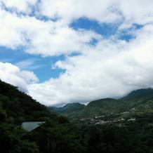 テラスからの山々は空の青と美しい。