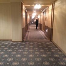 チャペルへの廊下も広々