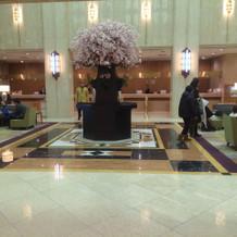 季節を感じるホテルのフロント