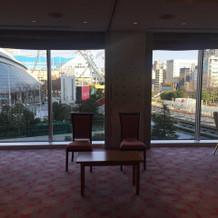 親族控え室。真下に東京ドームが!