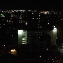 ホテルの部屋から見える夜景