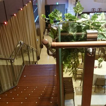 披露宴会場の新郎新婦入場階段上