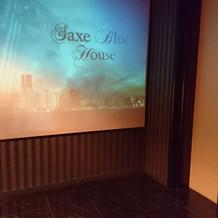 エレベーター横に大きいスクリーン