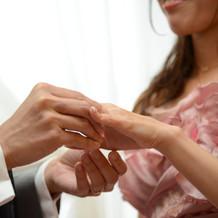 婚約指輪をはめるセレモニー