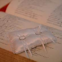 聖書の上に手を置き、愛を誓いました。