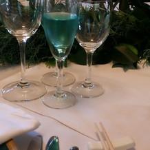 青いスパークリングワイン
