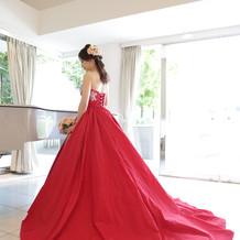 タフタ素材の真っ赤なカラードレス