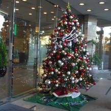 クリスマス前のホテル入口